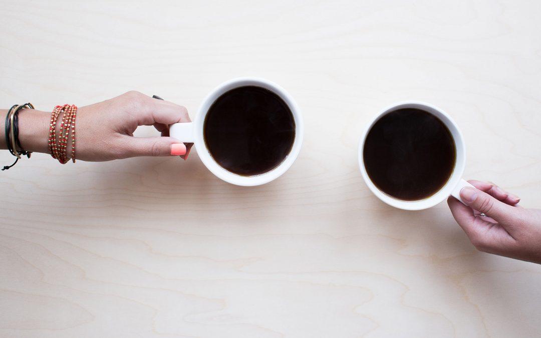 De mayonaisepot en twee koppen koffie